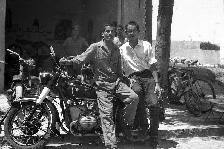 casablanca, mohammed und ich vor seiner werkstatt, 1969