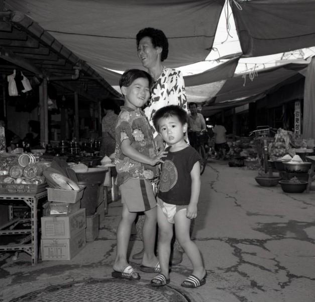 auf dem markt, mutter mit 2 kindern, kong-ju, südkorea 1991