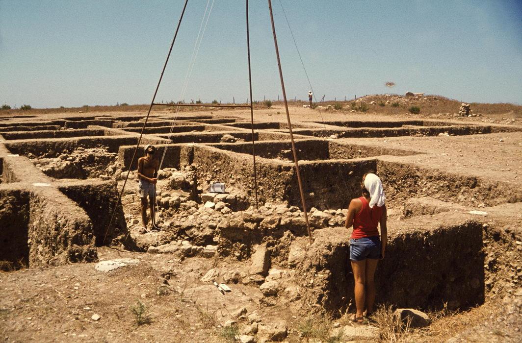 senkrechtaufnahmen mit selbstgebautem 7m hohen dreibein, tel akko, israel 1979