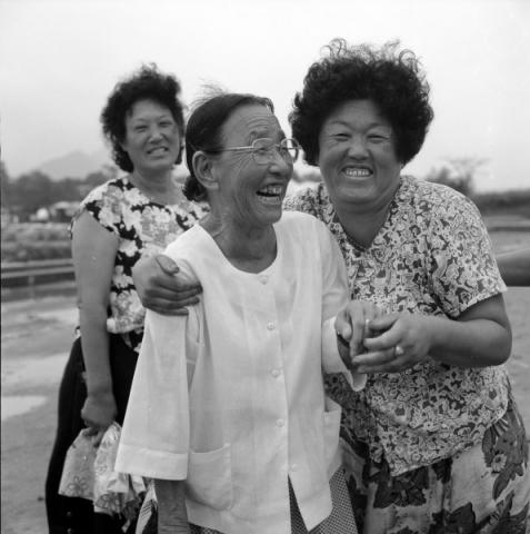 lachende frauen, natur und kunst-symposion, kongju, südkorea 1991