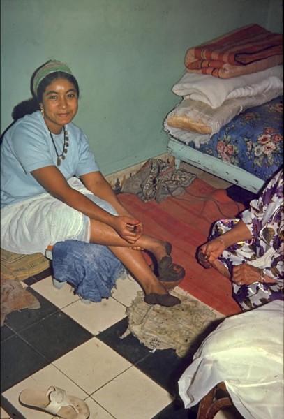 fatna schmückt sich mit henna, casablanca, marokko, 1968