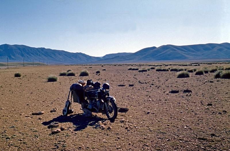 stilleben mit motorrad im großen süden, marokko 1969
