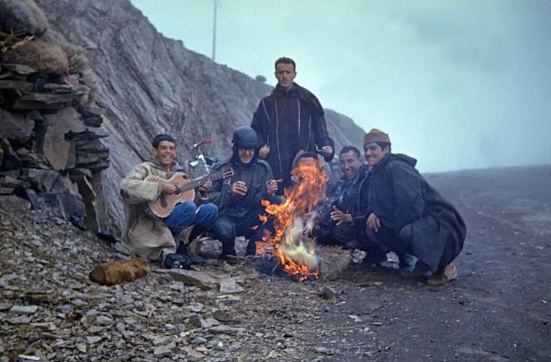 tizi n tichka, bergkristallverkäufer, marokko 1969