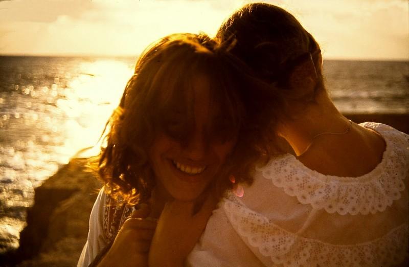 maria und susanne an der küste, sonnenuntergang, akko, israel 1978